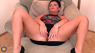 Mature Euro mom with hungry ass and pussy