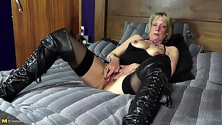 Mature aunty with hot body and thirsty pink pussy