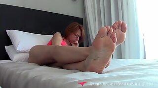 Foot Fetich - MILF reading on her bed - Vends-ta-culotte